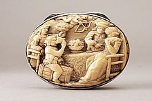 Boîte de forme ovale en vermeil, le fond ciselé et gravé de la devise «Prends moi tel que je suis», poinçons Angleterre,
