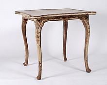 Table à jeu en bois peint ivoire et argenté. Sur un fond blanc ivoire, un décor rocaille est travaillé selon la techniqu