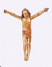 Christ en ivoire sculpté en ronde bosse. Travail colonial, Goa vers 1700. H:22,5 cm. Manques aux doigts. Cet objet a été