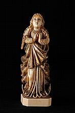 Statuette en ivoire de Goa  Vierge au croissant en ivoire avec traces de polychromie et rehauts d'or. Travail indo-portu