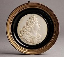Médaillon en ivoire sculpté en léger relief du portrait du Roi Soleil en armure d'après le portrait de Coysevox. Dieppe,