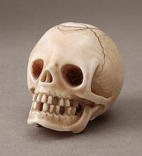 Vanité en ivoire sculpté en ronde bosse. Travail français, Epoque XVIIIe siècle. H:4,8 cm. Cet objet a été réalisé en iv