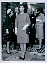 JACKIE KENNEDY MEETS QUEEN ELIZABETH II ORIGINAL 1962 PRESS PHOTO