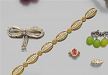 CHARLES SOUVERAIN ANNÉES 1890 BRACELET PERLES FINES Il est composé de maillons olives en or jaune 18K finement repercés et ciselés d...