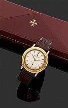 VACHERON CONSTANTIN CIRCA 1960 Montre bracelet avec boîtier rond plat godronné en or jaune 18K. Cadran argenté avec index flèche app...
