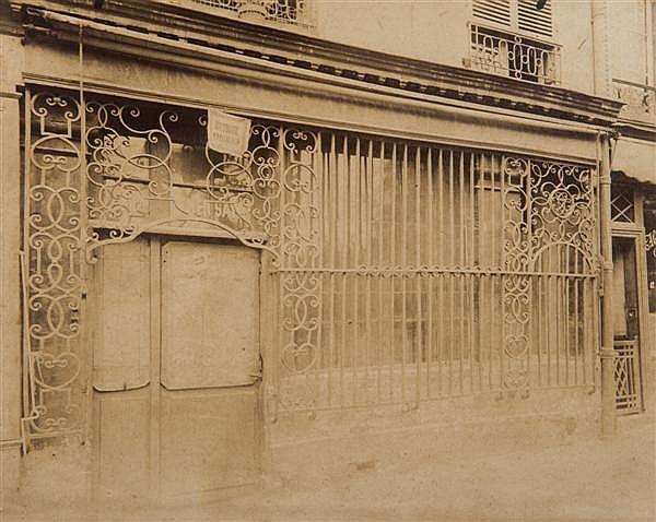 Eugène Atget (1857-1927) Grille de marchand de vins, 34 Quai de l'Hôtel de ville, vers 1900 Épreuve albuminée, négatif verre, montée...