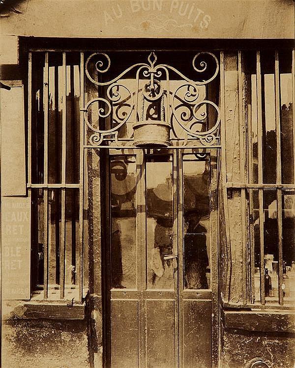 Eugène Atget (1857-1927) Au bon puits rue Michel Le Comte, 36 Épreuve albuminée, négatif verre, montée sur carton annoté à la mine d...