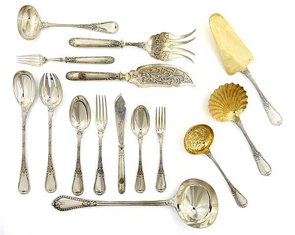 PARTIE DE MÉNAGÈRE en argent, la tige légèrement bordée de filets est rehaussée d'agrafes, prolongée par une spatule légèrement violoné