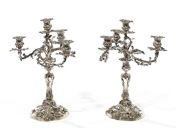 PAIRE DE CANDÉLABRES en argent, le fût, la base et les trois branches sont richement décorés de motifs végétaux, les binets sont surmon