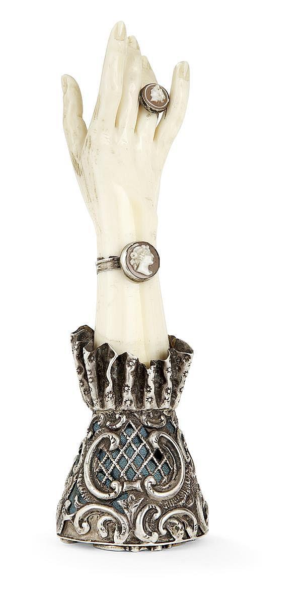 BEAU CACHET en ivoire, figurant une main portant une bague et un bracelet ornés d'un camée, la base en argent représente une manche ...