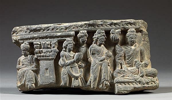 BAS-RELIEF CINTRÉ en schiste gris sculpté et gravé, représentant le Bodhisattva Maitreya, intronisé dans le paradis Tushita, paradis...