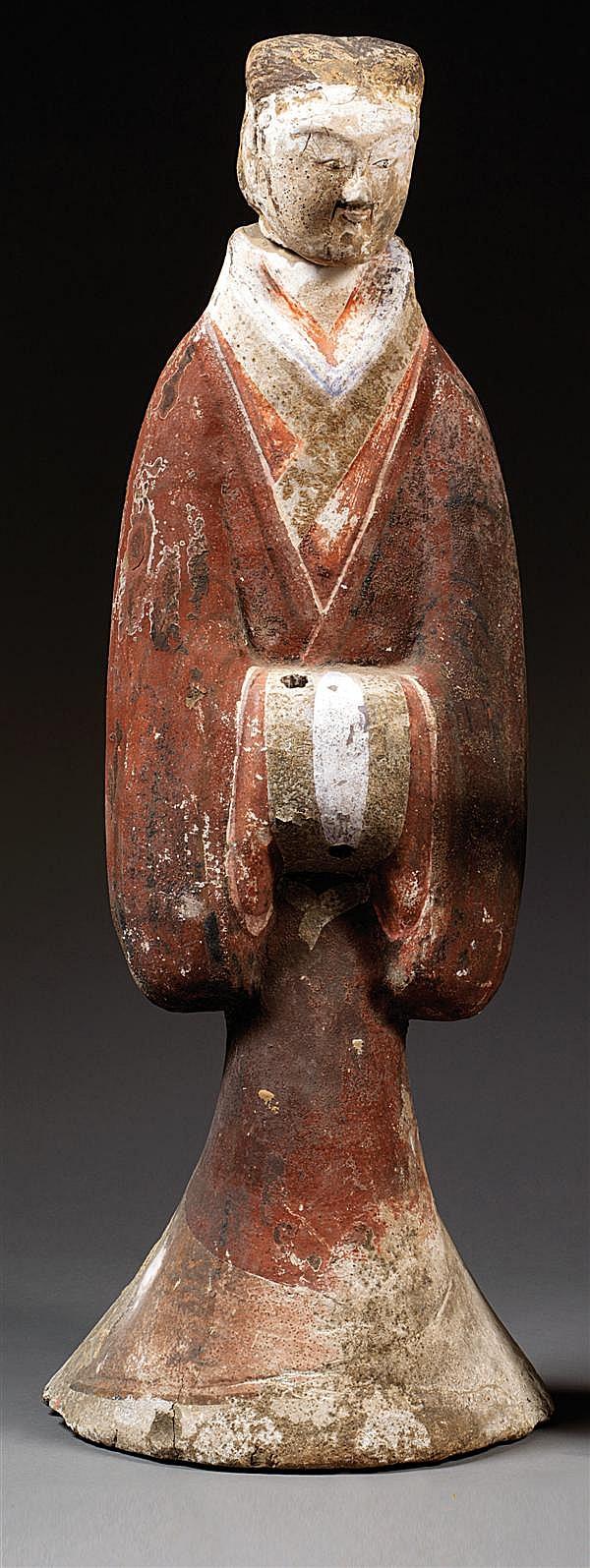 GRAND MINGQI en terre cuite et engobes rouge, blanc et noir, représentant un homme de cour, enveloppé dans un ample vêtement, les mains
