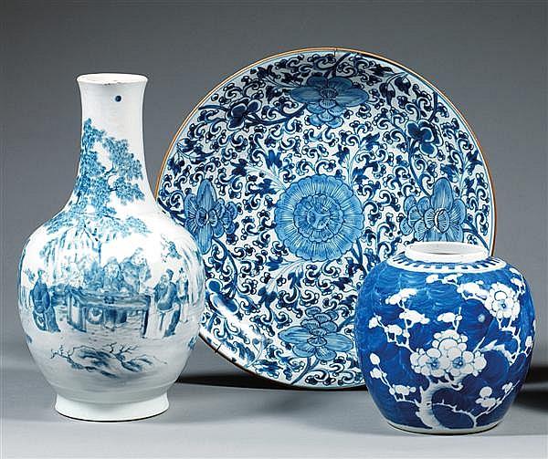 PLAT CIRCULAIRE en porcelaine blanche et bleu de cobalt sous couverte, à décor tapissant de fleurs sur fond de rinceaux foisonnants,...