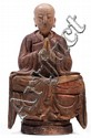 STATUE en bois sculpté polychrome, représentant un moine assis en méditation sur un tabouret, les mains jointes, les yeux mi-clos