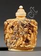 FLACON TABATIÈRE en ivoire sculpté et gravé, de forme cylindrique, à décor de personnages conversant sur un fond de nuées, le bouchon o