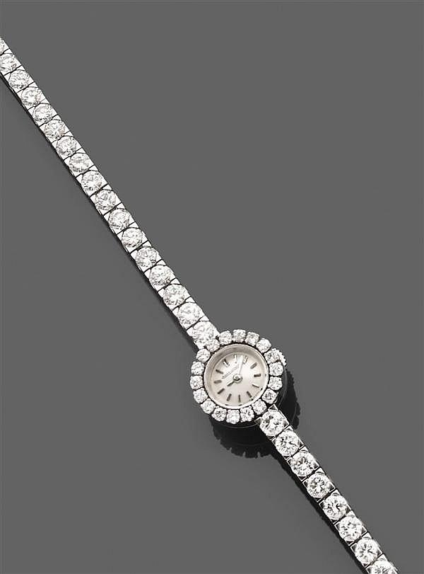 JAEGER LECOULTRE Années 1960 Montre de dame en or gris, cadran rond serti de diamants, fond argenté, index baguettes, mouvement méca...