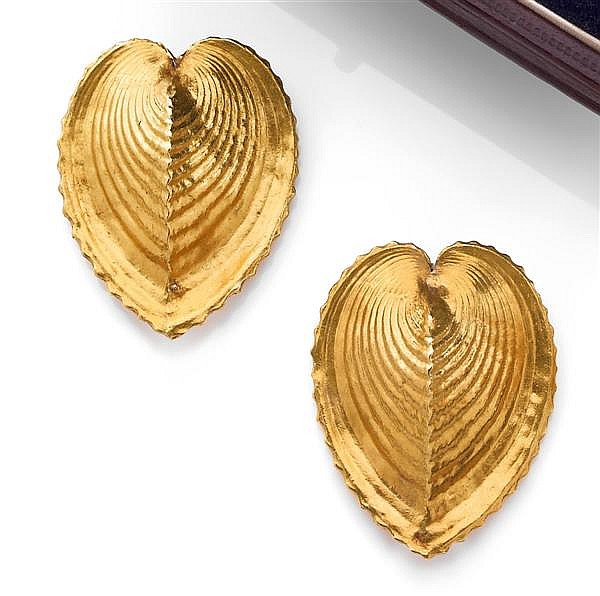 RENé BOIVIN Année1936 Paire de clips de revers en or jaune doré, en forme de carapace de tortue stylisée