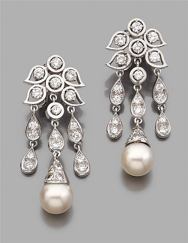 RENé BOIVIN Année 1960 Paire de pendants d'oreilles en or gris, formés de motifs de petites feuilles ajourées serties de diamants ta...