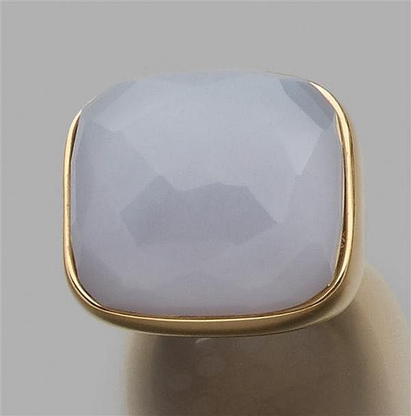 Bague chevalière en or jaune, ornée d'une calcédoine bleue rectangulaire facettée. Poids brut : 22,1 gr. A chalcedony and gold ring.
