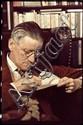 Freund, Gisèle1908 Berlin - 2000 ParisJames Joyce mit Lupe. Paris 1939. Späterer C-Print. Kodak-Papier. Passepartout. 31,6 x 21,2cm (32,9 x 24,2cm). Rückseitig Copyrightstempel der Photographin. Mit schwarzem Tintenstift Name des Dargestellten. Mit