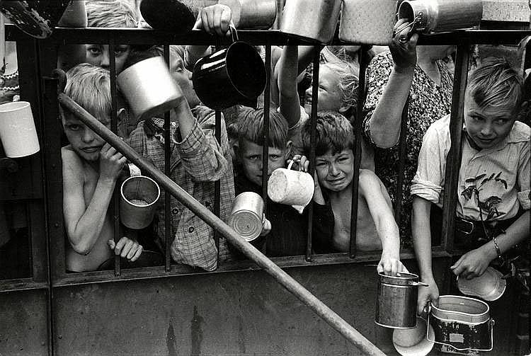 Cartier-Bresson, Henri1908 Chanteloup-en-Brie - 2004 ParisOhne Titel (2. Weltkrieg). Frankreich 1944. Gelatinesilberabzug von 1970. Passepartout. 17 x 25cm Rückseitig Atelierstempel des Photographen. Zudem Agentur- und zwei Sammlungsstempel.