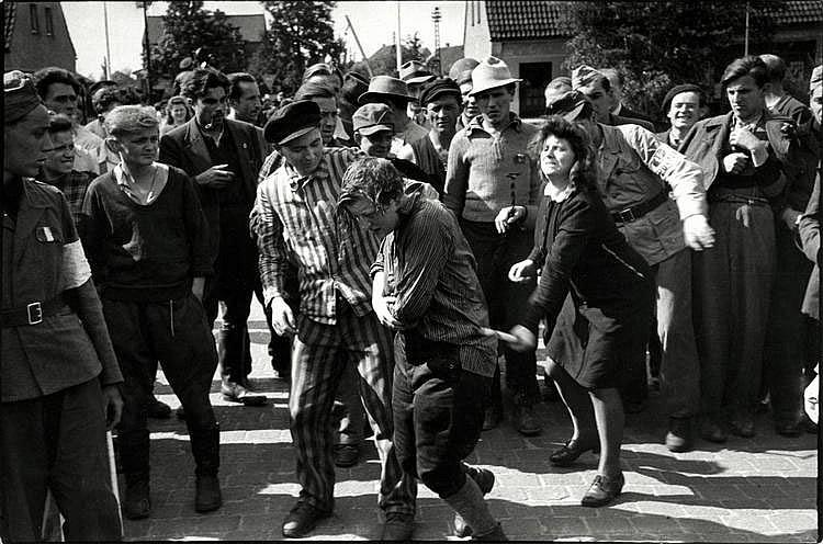 Cartier-Bresson, Henri1908 Chanteloup-en-Brie - 2004 ParisRetribution against Collaborator. Frankreich 1944. Gelatinesilberabzug von 1970. Passepartout. 16,5 x 24,7cm Rückseitig Copyrightstempel des Photographen sowie Agenturstempel. Zwei