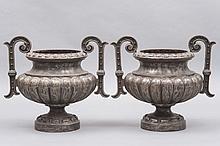 Paire de VASES à anses en fonte de fer de style Louis XIV.
