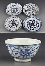A GROUP OF FIVE BLUE AND WHITE PORCELAIN