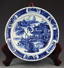 A FINELY PAINTED BLUE AND WHITE PORCELAIN PLATE