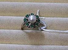 14ct 585 white gold pearl & emerald ring, 4.5 gms