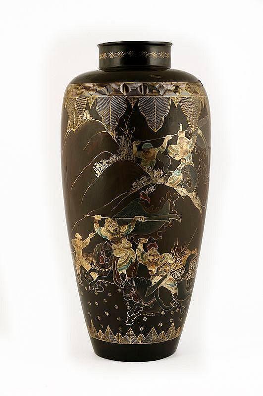 Bruine lakwerk vaas met decoraties van krijgers.