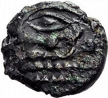 BELLOVACI. Ouest du territoire des Bellovaques (Somme). (Vers 60 à 30/25 avant J. C.). Bronze à l'astre du type du 1/4 de statère. A/. Œil de profil à gauche et astre. R/. Cheval à droite, entouré d'annelets. - Références: Delestrée et Tache, n°287