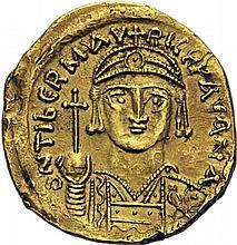 MAURICE TIBÈRE (582-602). Solidus de la première année de règne, Carthage. A/. Légende particulière terminée par ANA. Buste casqué et couronné de face, tenant le globe crucigère. Cercle sous la croix de couronne. R/. Ange de face, tenant la croix