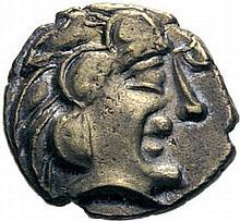 PICTONES-SANTONES (Poitou-Charentes). (1ère moitié du 1er siècle avant J.C.). 1/4 de statère d'électrum. A/. Tête nue à droite, avec grosses mèches de cheveux et menton avancé. R/. Cheval androcéphale à droite, conduit par un aurige. Devant, un