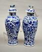 Paire de vases couverts en porcelaine bleue de Chine à décor de dragons et fleurs.  Chine.  Marqués.  H.  26 cm