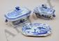 Terrine rectangulaire à pans en porcelaine bleue de Chine à décor de paysage lacustre animé.  Anse en tête de lièvre.  Vers 1800.  H.  15 cm - L.  28 cm