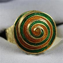 STAMPED 18K YELLOW GOLD RING WITH ENAMELED SPIRAL DESIGN, SIZE 6 1/2, 12.5 GRAMS TOTAL