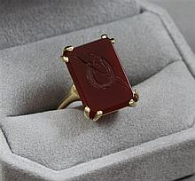 STAMPED 14K YELLOW GOLD CARNELIAN INTAGLIO RING WITH HORSESHOE MOTIF, SIZE 7 3/4, 6.6 GRAMS TOTAL