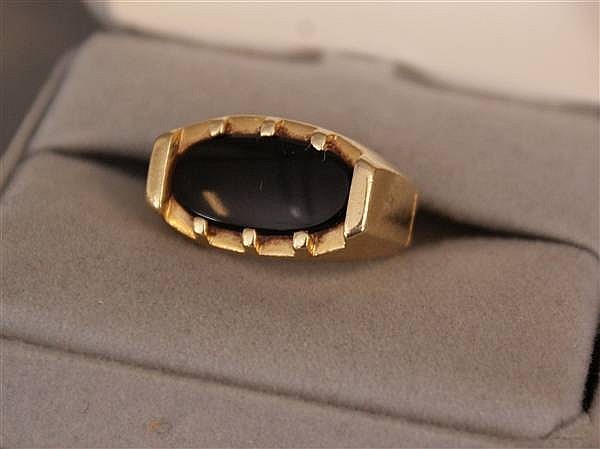 UNMARKED (TESTED 14 K) YELLOW GOLD ONYX RING