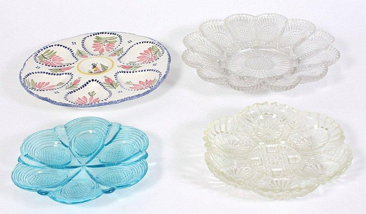 Fire æggetallerkener, én af porcelæn og tre af