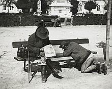 ¤ André KERTÉSZ (1894-1985) LA LETTRE AUX SIENS (UN SOLDAT ÉCRIT UNE LETTRE SUR UN BANC PUBLIC), ESZTERGOM, 26 SEPTEMBRE 1916