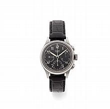 HEUER  Vers 1940 Rare et beau chronographe bracelet en acier. Boîtier rond. Poussoirs olive. Cadran noir avec 3 compteurs, chiff...