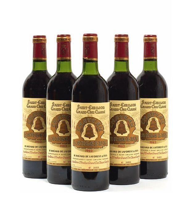12 bouteilles CHÂTEAU ANGELUS 1982 1er GCC (A) Saint Emilion (6 base goulot et 6 légèrement bas) Caisse bois d'origine (photo)