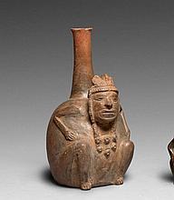 BOUTEILLE ANTHROPOMORPHE Culture Chavin, Pérou Horizon ancien 700-400 avant J.-C. Céramique gris-beige à surface légèrement brillant...