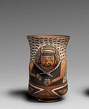 LONG BOL CYLINDRIQUE DÉCORÉ D'UN PERSONNAGE Culture Nazca, Sud du Pérou Intermédiaire ancien 300-600 après J.-C. Céramique brun oran..