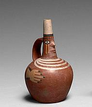 PETITE BOUTEILLE ANTHROPOMORPHE Culture Tiahuanaco, Pérou Horizon moyen 800-1000 après J.-C. Céramique à engobe brun clair et peintu...