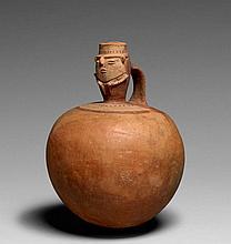 PETITE URNE ANTHROPOMORPHE Culture Muisca, Colombie 600-1500 après J.-C. Céramique brun orangé et peinture ornementale blanc crème e...