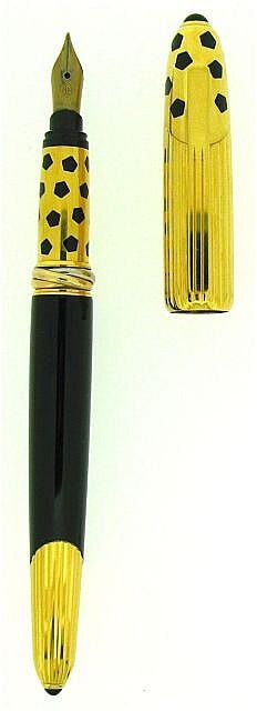 CARTIER Stylo plume Panthère, corps en laque noire, capuchon plaqué or godron à encliquetage, plume or 18 carats fine, motifs géom.....