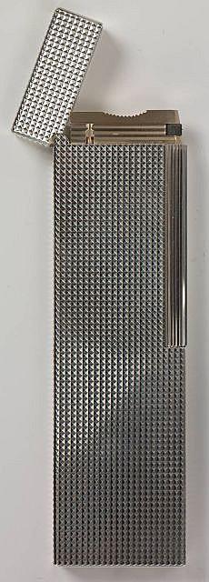 DUPONT briquet de table en métal argenté à décor en pointe de diamant. A l'état neuf, avec papier et boite