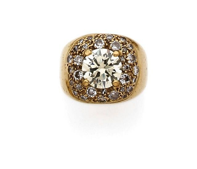 A DIAMOND AND YELLOW GOLD RING